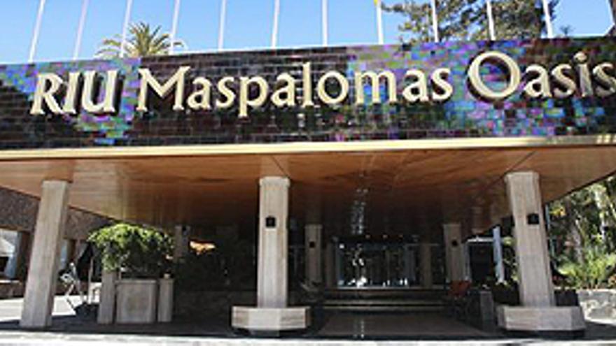 MASPALOMAS (GRAN CANARIA), 08/05/2013.- Vista del Hotel Maspalomas Oasis, que ha reabierto hoy sus puertas con categoría de cuatro estrellas -una menos de las que tenía- y régimen de todo incluido, como anunció la cadena Riu tras la decisión del Cabildo de Gran Canaria de promover la protección como sitio histórico de toda esa zona. EFE/Marcos Pontes