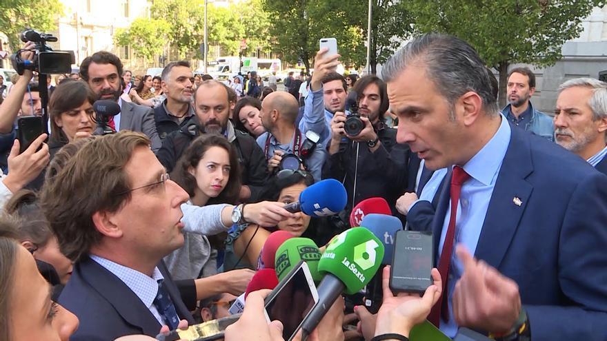 José Luis Martínez-Almeida discute con Javier Ortega Smith tras el minuto de silencio por la última mujer asesinada en Madrid.