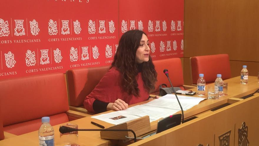 Isaura Navarro, diputada de Compromís, explicando la denuncia