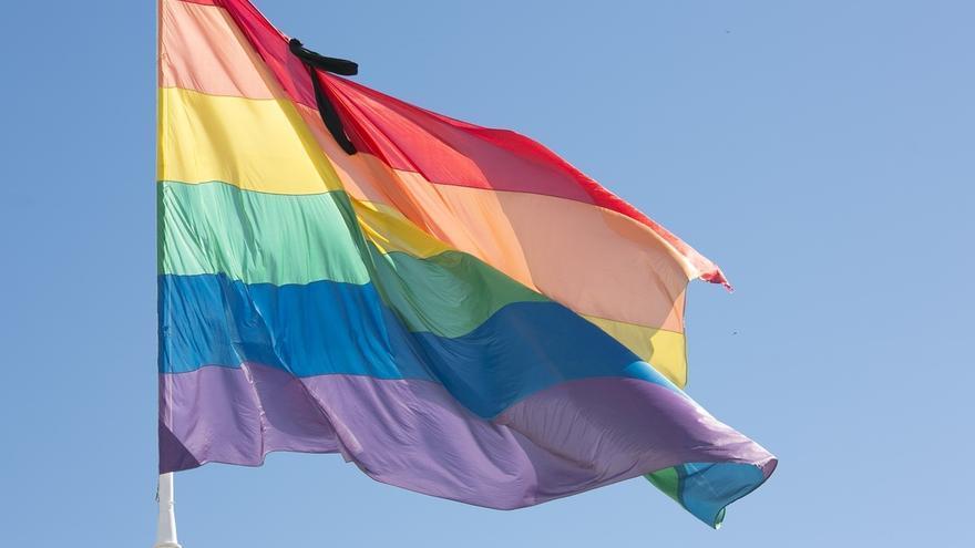 La bandera arcoíris ondeará un día más en la capital con un crespón negro por el atentado de Orlando