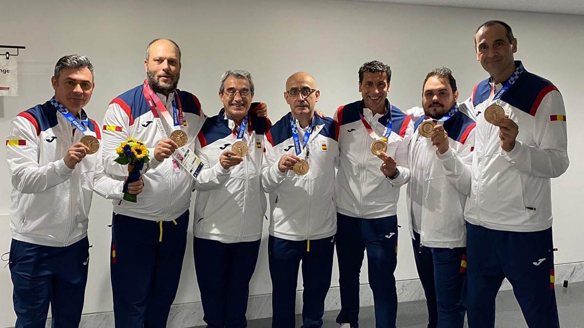 César Montes, a la derecha, con la medalla de bronce