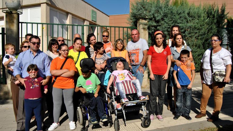 Foto de familia de padres y alumnos del Colegio Casa de la Madre de Mérida