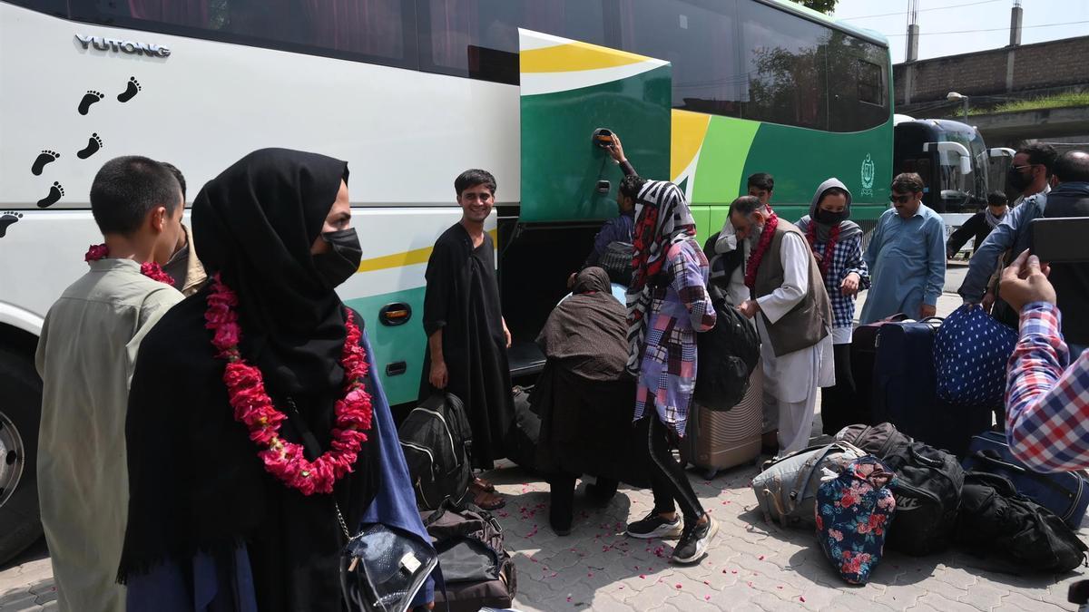 El equipo de fútbol femenino de Afganistán llega a la oficina de la Federación de Fútbol de Pakistán tras cruzar a este país a través de la frontera de Toorkham con visados válidos, en Lahore, Pakistán