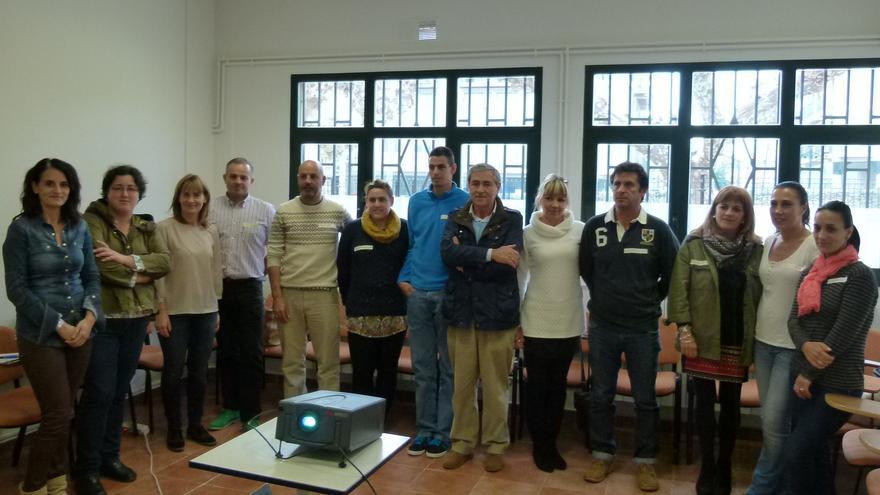 Foto de grupo de los participantes en el taller junto al alcalde del municipio, Andrés Ruiz Moya.