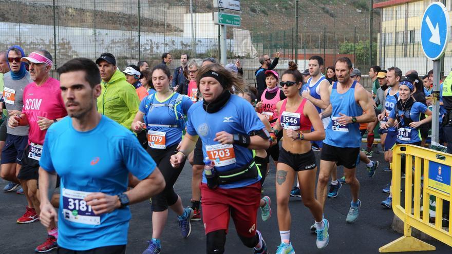 Salida de la Cajasiete Gran Canaria Maratón 2017: distancias de 42 y 21 km. Alejandro Ramos.