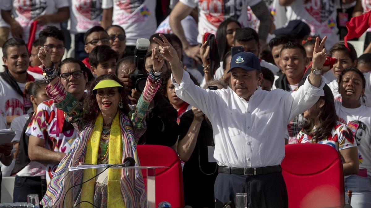 El presidente de Nicaragua, Daniel Ortega (c), y la vicepresidenta, Rosario Murillo.