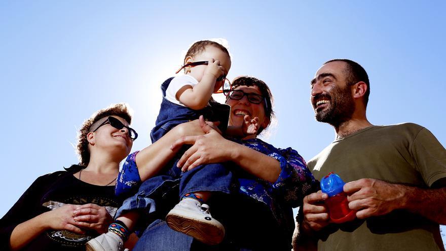 Valeria, Susana y Hernán con el pequeño Antonio, el primer niño de Latinoamérica con tres padres legales. /Matias Adhemar-Infojus Noticias