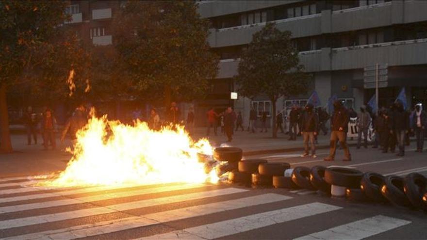 Cientos de afectados por cierres y despidos toman la calle en Gijón