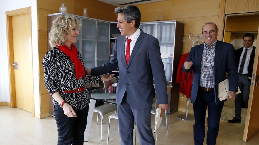 Eva Díaz Tezanos y Pablo Zuloaga en una reunión en el Gobierno de Cantabria. | LARA REVILLA