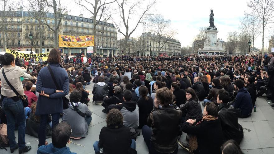 Indignados protestan en la plaza de la République, en París.