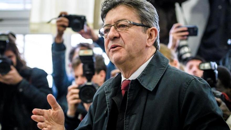 El izquierdista Mélenchon vota en París acompañado por su equipo de campaña