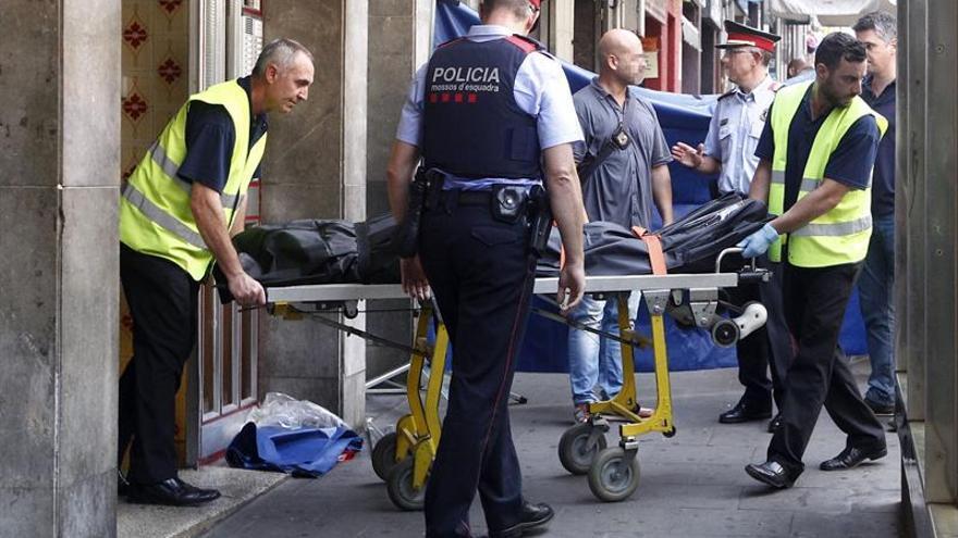 Hallan a dos hombres muertos por heridas arma blanca en un piso de Santa Coloma