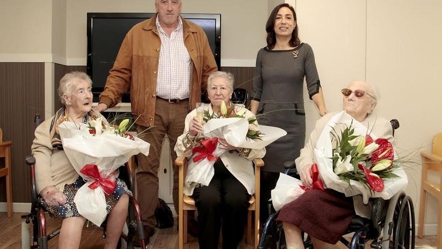 El alcalde visita a tres centenarias que este año han cumplido los años en Sanitas Residencial El Mirador
