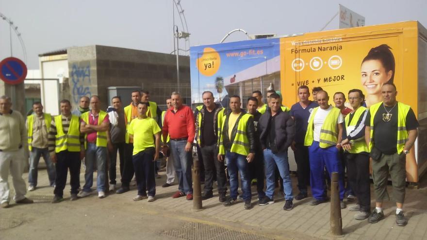 Trabajadores en huelga del centro deportivo de La Cícer.