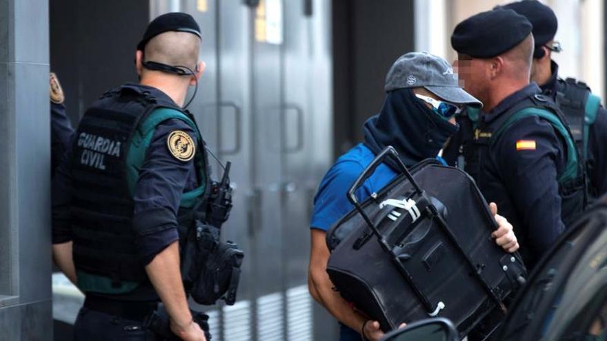 Los agentes de la Guardia Civil durante los registros a los CDR.