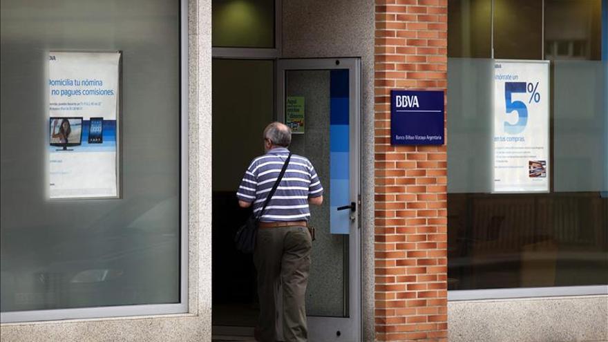 BBVA sopesa aún qué comisión cobrar cuando un cliente ajeno usa sus cajeros