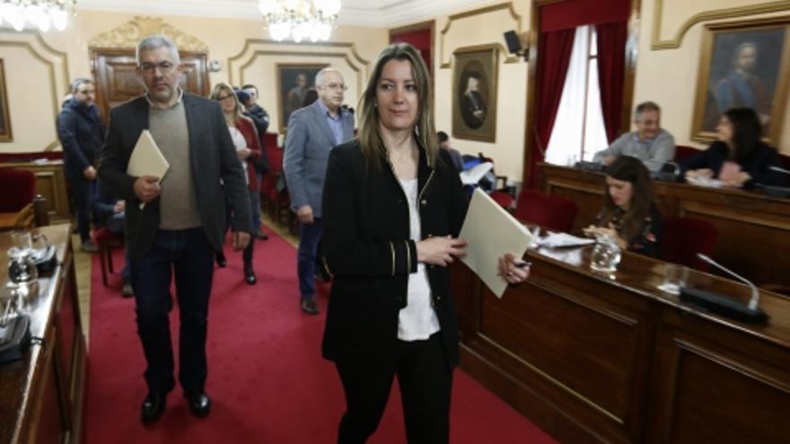 La alcaldesa de Lugo, Lara Méndez (PSdeG), y otros miembros de la corporación al inicio de un pleno