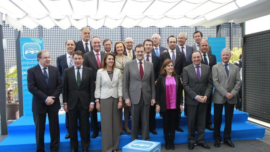 Rajoy posa con los presidentes autonómicos del PP, la vicepresidenta y Montoro antes de sentarse a debatir el déficit
