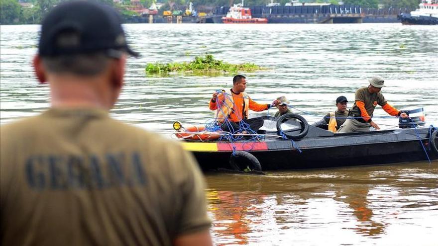 Al menos un muerto y una docena de desaparecidos en el naufragio de Borneo