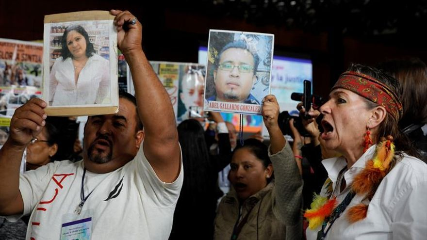 Familiares de desaparecidos alzan la voz en foro por la paz de López Obrador