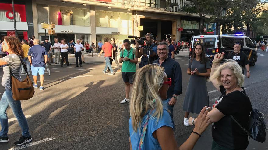 Pepe Herrero, locutor fallero e imputado por las agresiones del 9 d'Octubre de 2017 grabando a los manifestantes antifascistas.