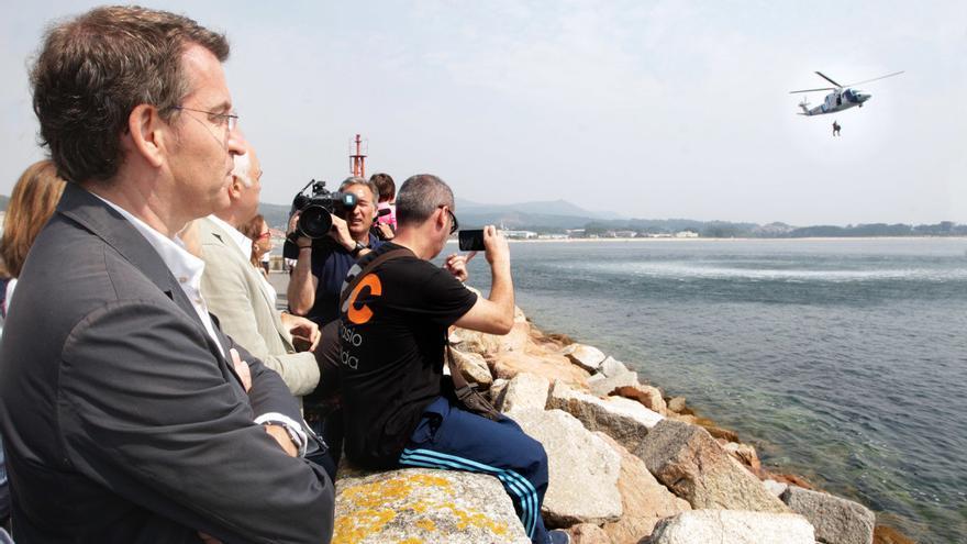 Alberto Núñez Feijóo observa un simulacro del Pesca 2 en Ribeira (A Coruña)