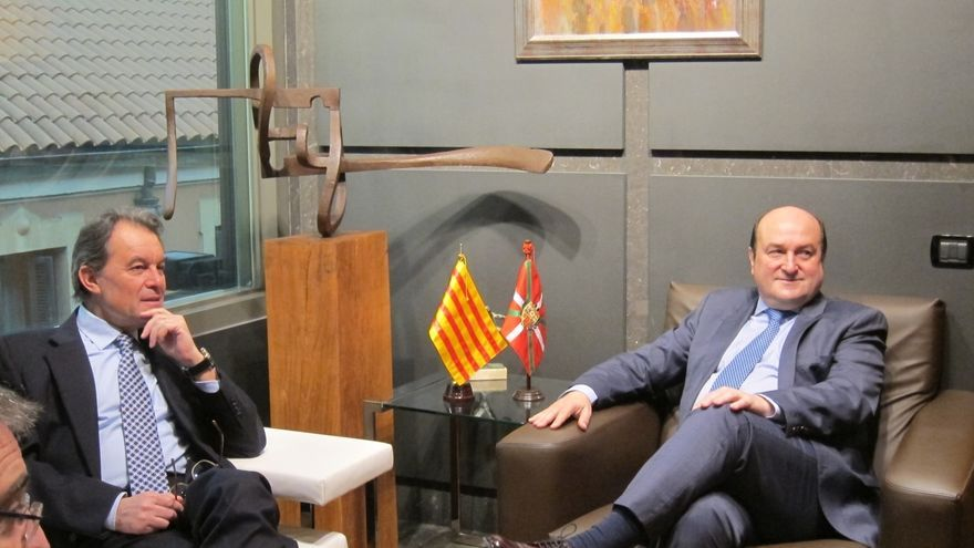 Ortuzar y Mas intercambian puntos de vista sobre la situación del Estado, y de Euskadi y Cataluña