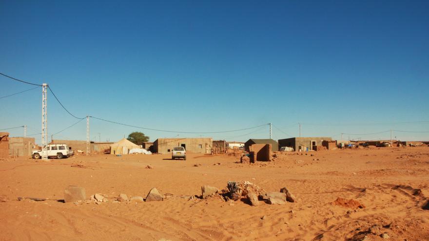 El tendido eléctrico levantado sobre el campamento de refugiados de Dajla, en el desierto argelino | G. S.
