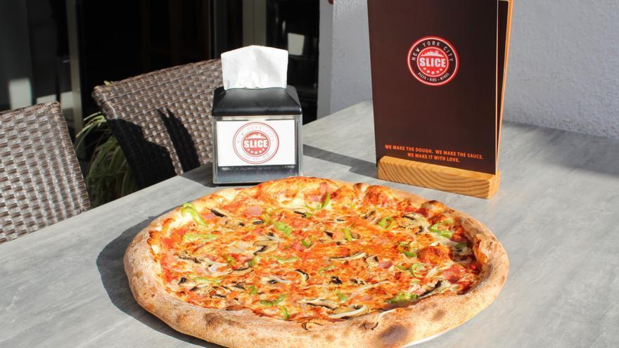 La pizza de Slice presenta un borde más grueso que las roteñas.