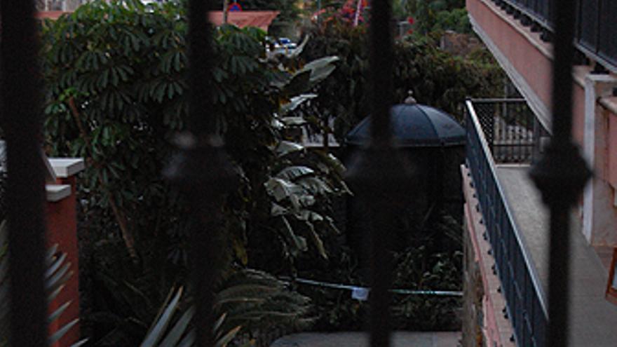 Bomberos durante la investigación del incendio. Zona cero de la explosión en el hotel. (CANARIASAINVESTIGA.ORG)