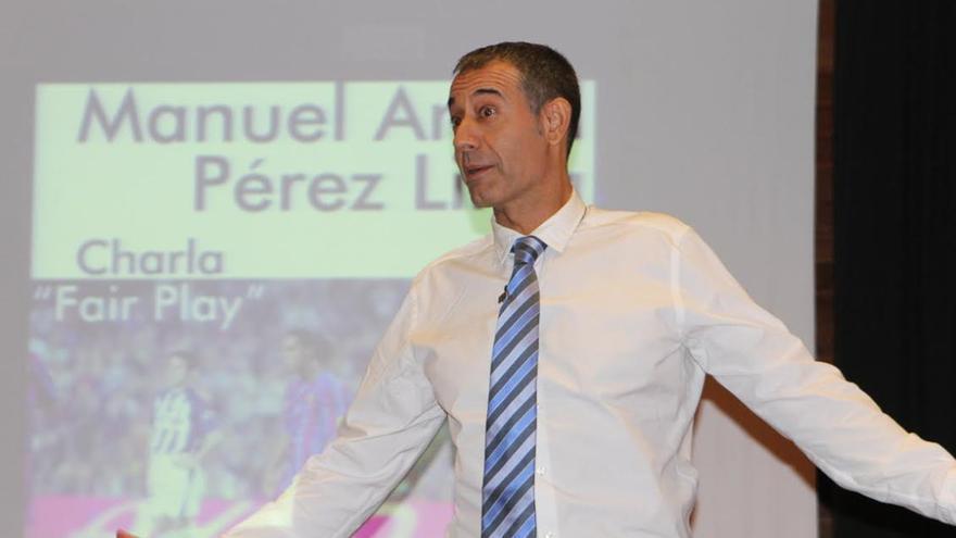 El ex árbitro de Primera División de Fútbol Manuel Pérez Lima en una momento de la conferencia ofrecida en El Paso.