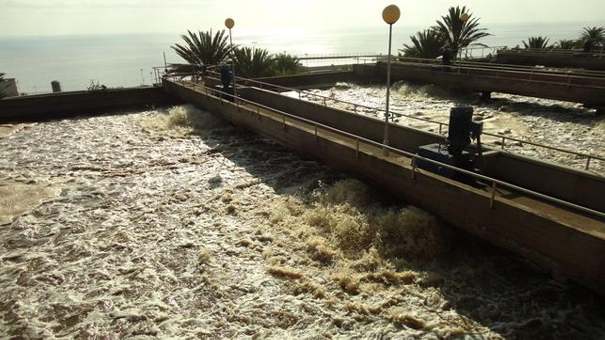 Aguas negras en proceso de depuración en una planta de Tenerife