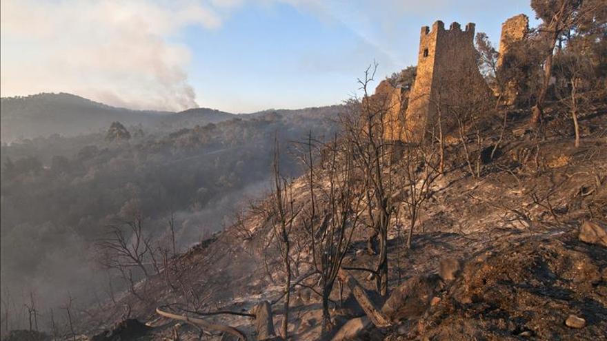 Los bomberos siguen trabajando para extinguir el incendio de Girona