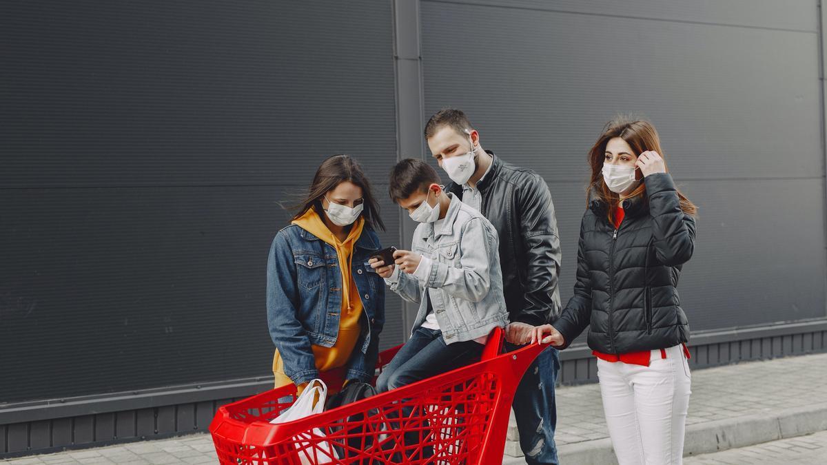 Una familia usando mascarillas