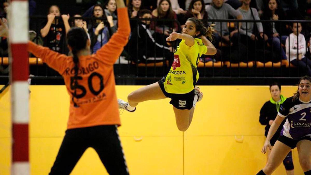 Lucía Guarc busca el disparo en un partido.