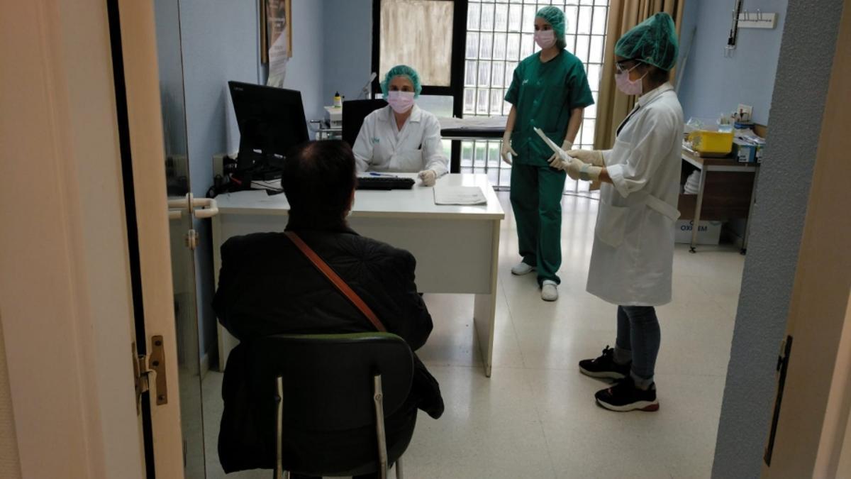 Atención a un paciente en un centro de Atención Primaria.