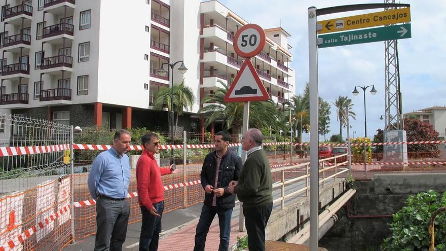 El consejero del Área de Transportes del Cabildo (derecha), junto con el alcalde de Breña Baja, primer teniente de alcalde y el arquitecto municipal, en la zona donde se acondiciona en Los Cancajos  la parada preferente de guaguas.