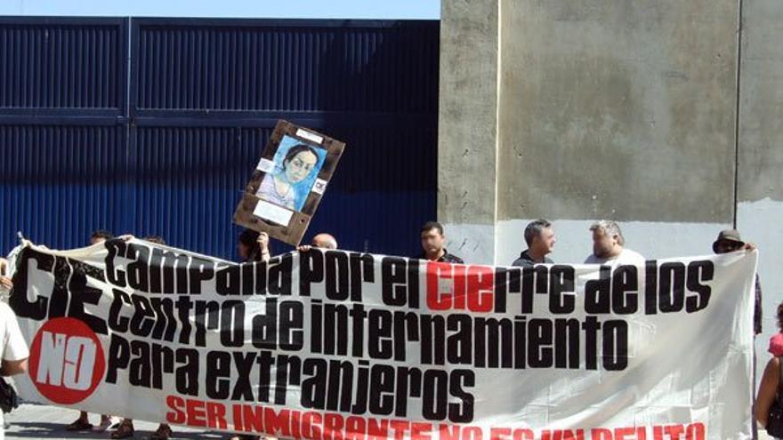 Imagen de una protesta contra los CIE frente al centro de Valencia / CIES NO