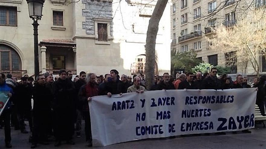 Compañeros de un trabajador fallecido protestan frente a la patronal alavesa.