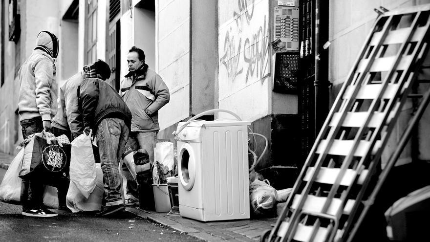 Abdul Alí y Aquter Hoffain, momentos después de ser desahuciados, llevan sus pertenencias con la ayuda de varios amigos a la casa de un familiar (Olmo Calvo).