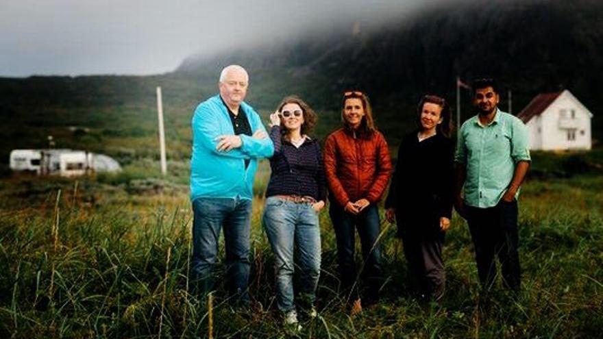 Frode Berg (primero por la izquierda) con un grupo de compañeros de la organización cultural Pikene pa Broen.