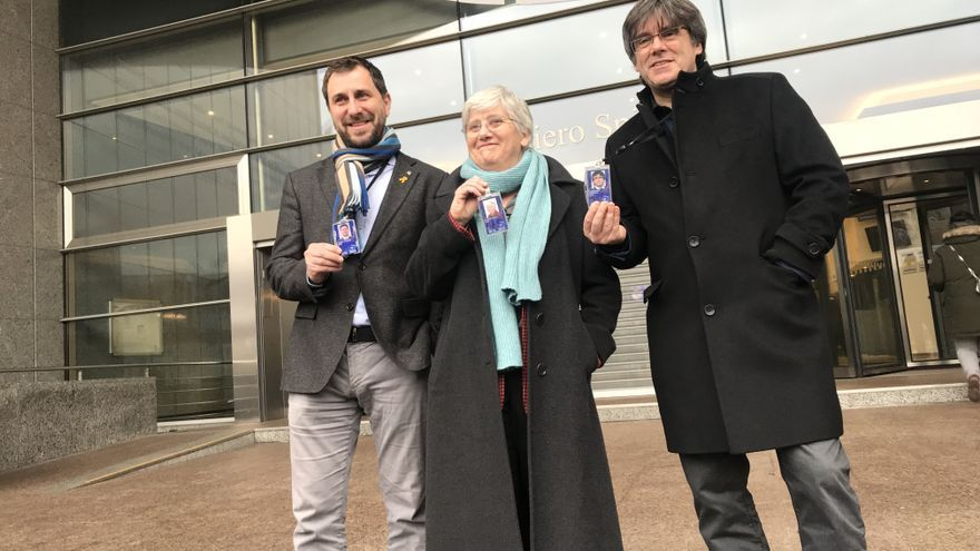 Los eurodiputados Toni Comín, Clara Ponsatí y Carles Puigdemont, el 5 de febrero de 2020 en el Parlamento Europeo, en Bruselas.