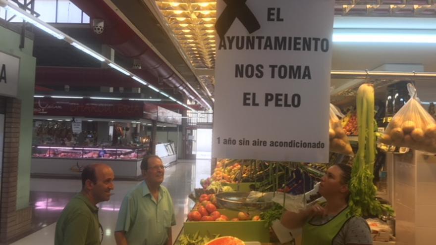 Una de las paradas del mercado de Benicalap con los carteles de protesta