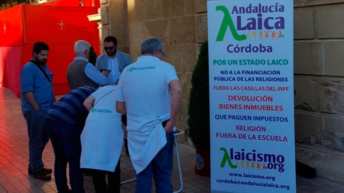 Imagen de archivo de una mesa informativa de Córdoba Laica en la Puerta del Puente.