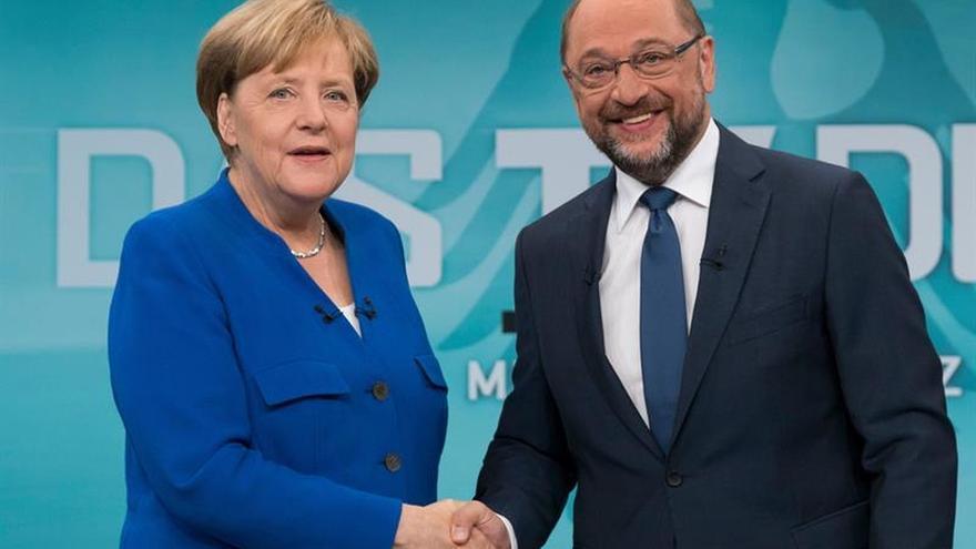 Merkel y Schulz sondearán mañana las posibilidades de una gran coalición en Alemania