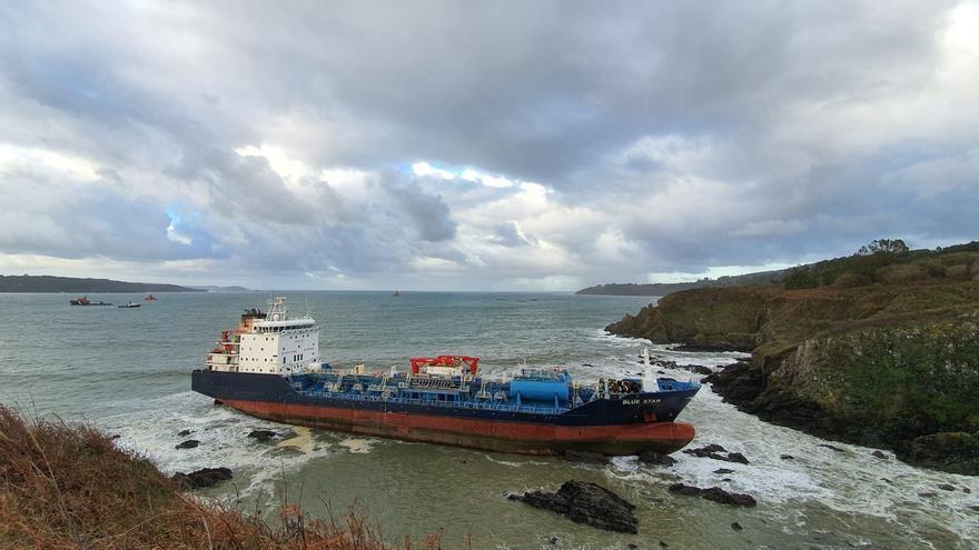 Un remolcador de Santander colabora en los trabajos de rescate del 'Blue Star'