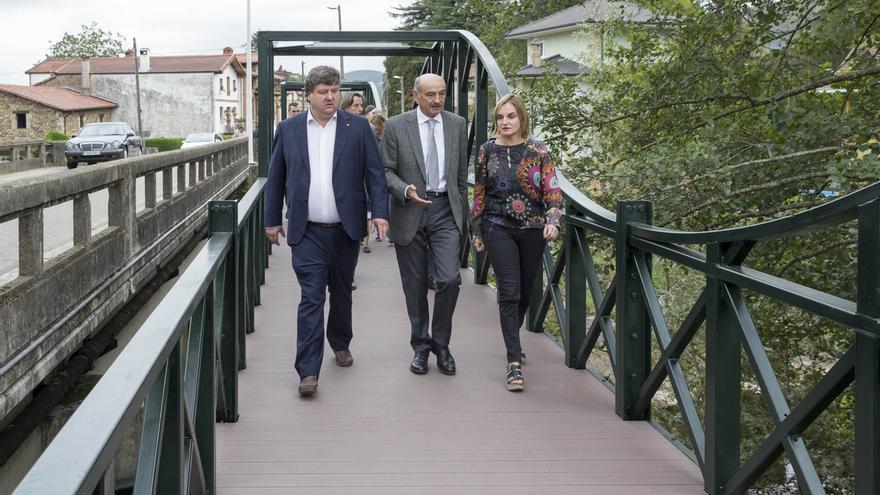 Inaugurada la pasarela peatonal sobre el río Pisueña en Santa María de Cayón