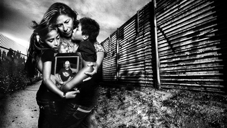 Madre abraza a sus hijos ante la frontera sur de Estados Unidos / FOTO: Platon The People's Portfolio for Human Rights Watch