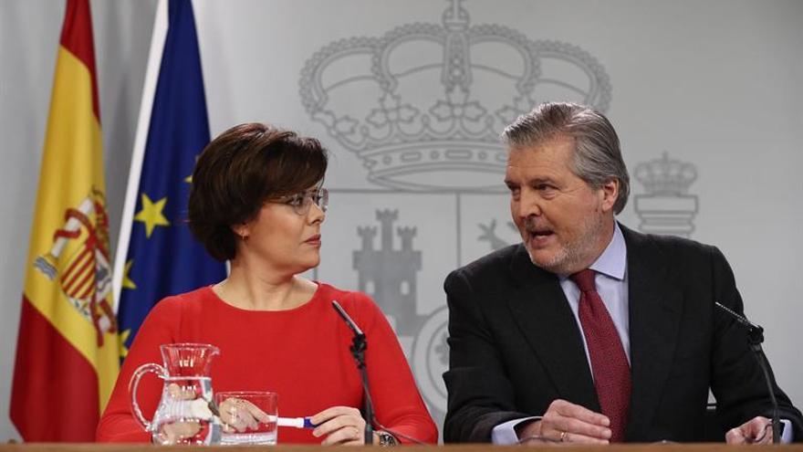 Soraya Soraya Sáenz de Santamaría, y el portavoz del Ejecutivo, Íñigo Méndez de Vigo, durante la rueda de prensa posterior a la reunión del Consejo de Ministros