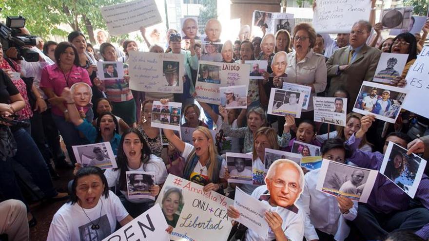Opositores venezolanos protestan frente a la sede de la OEA para pedir la Carta Democrática